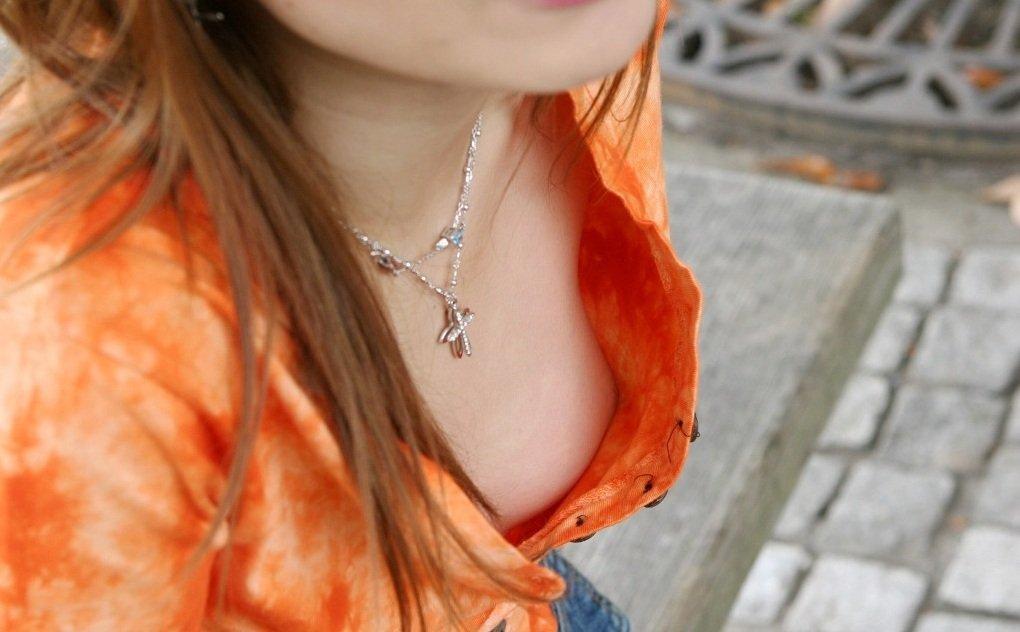 乳首や乳輪まで見えてる胸チラ (20)