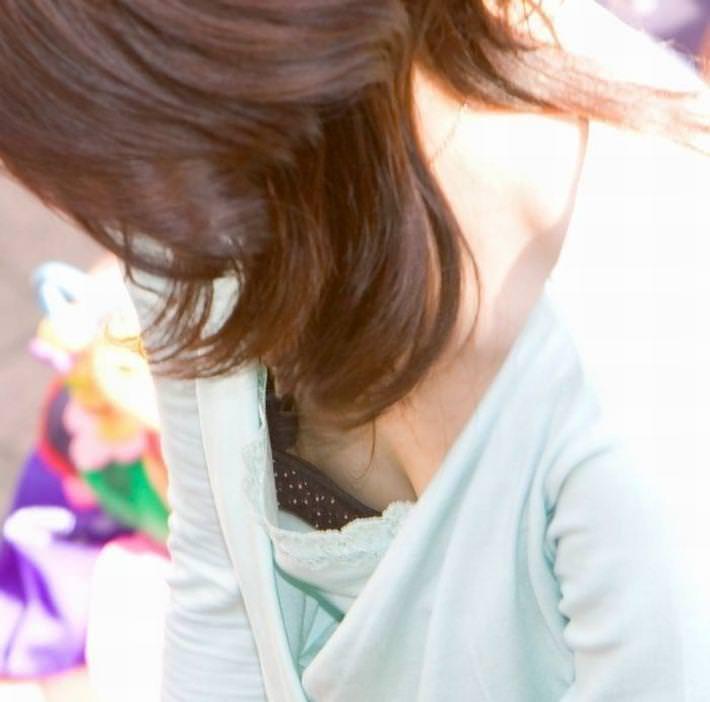 乳首や乳輪まで見えてる胸チラ (12)