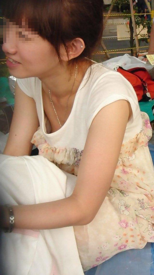 乳首や乳輪まで見えてる胸チラ (14)