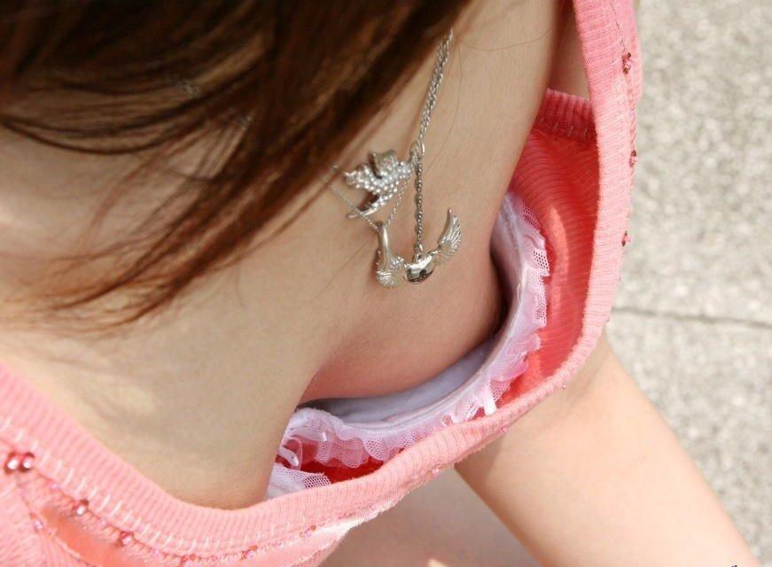 乳首や乳輪まで見えてる胸チラ (8)