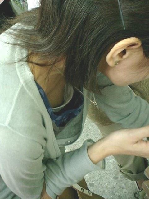 乳首や乳輪まで見えてる胸チラ (2)
