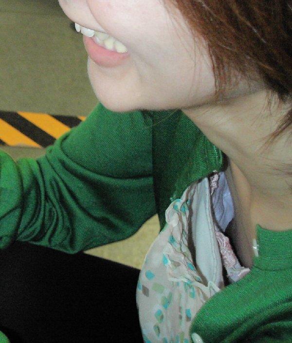 乳首や乳輪まで見えてる胸チラ (13)