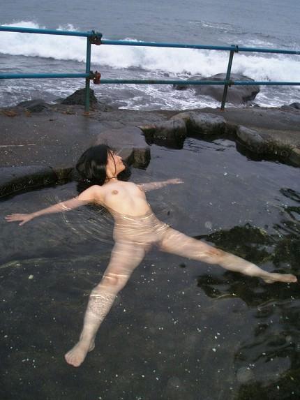 露天風呂でヌード撮影してる素人さん (16)