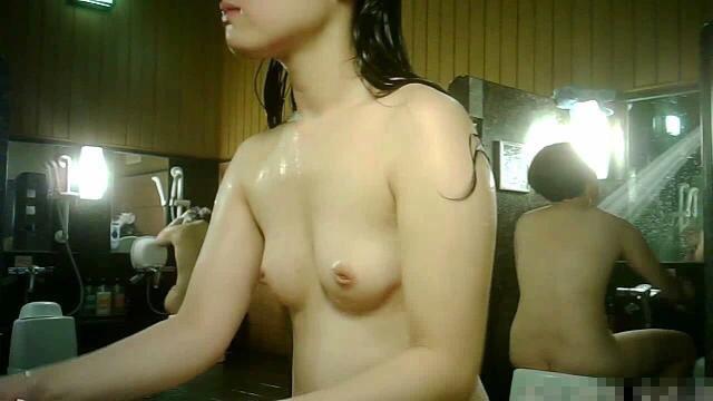 女湯で体を洗う若い女の子 (18)
