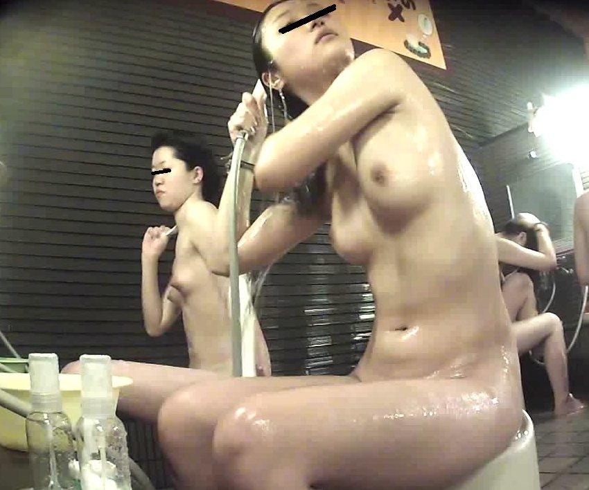 女湯で体を洗う若い女の子 (19)