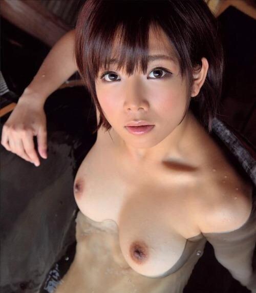 ショートヘアの全裸美少女 (1)