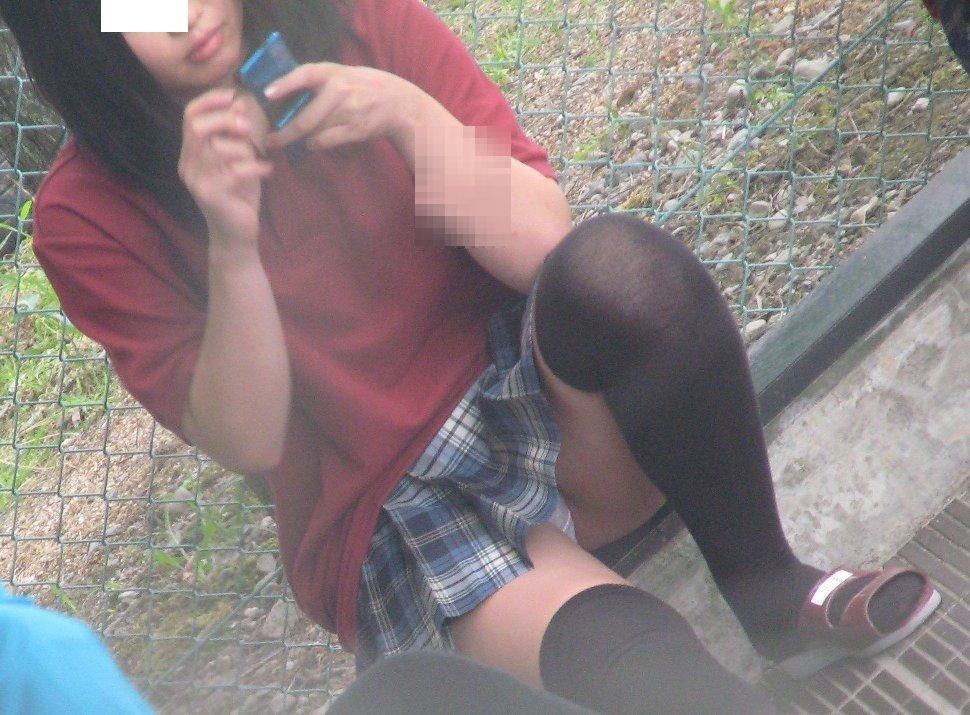 ミニスカートでパンチラしてる (8)