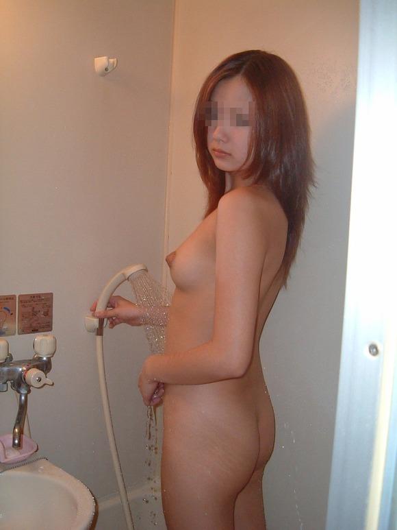 風呂に入ってる彼女のヌード (18)