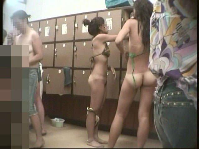 更衣室で全裸になっちゃう素人さん (13)