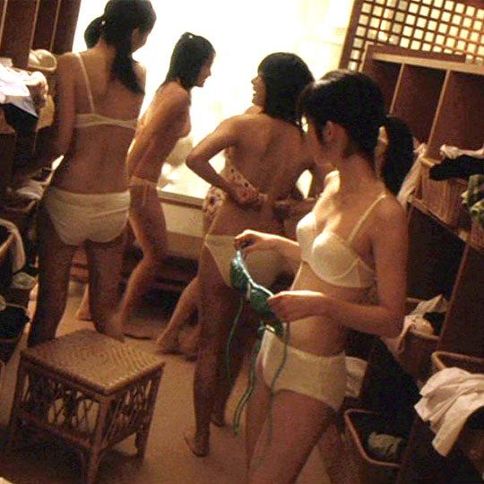 更衣室で全裸になっちゃう素人さん (1)
