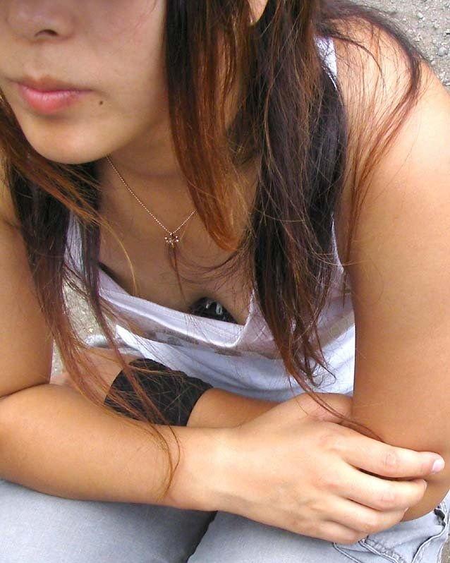 胸の谷間のチラリズム (18)