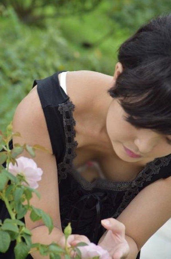 街で見かけた胸チラ女性 (18)