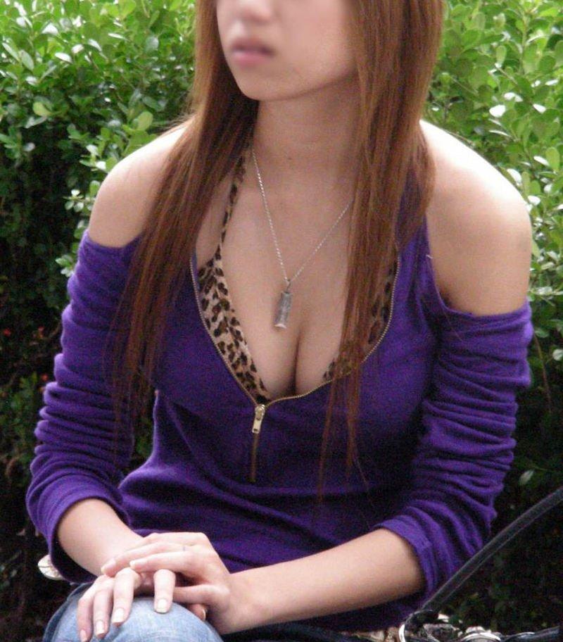 街で胸チラしてる女性を発見 (18)