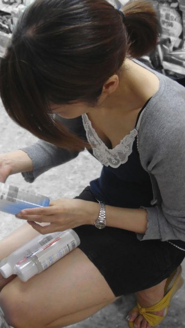 街で胸チラしてる女性を発見 (16)