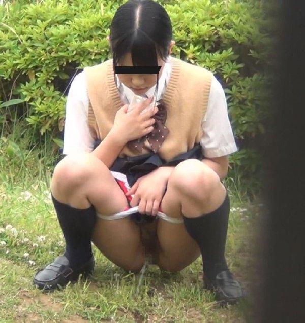 野外でオシッコしてる素人さん (18)