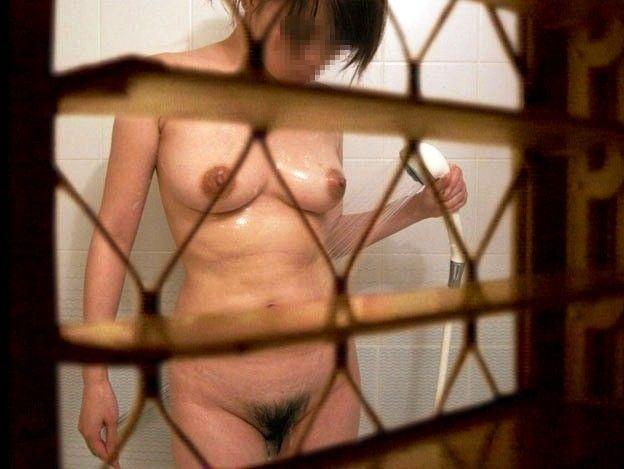 民家の風呂場で見えた全裸女性 (12)