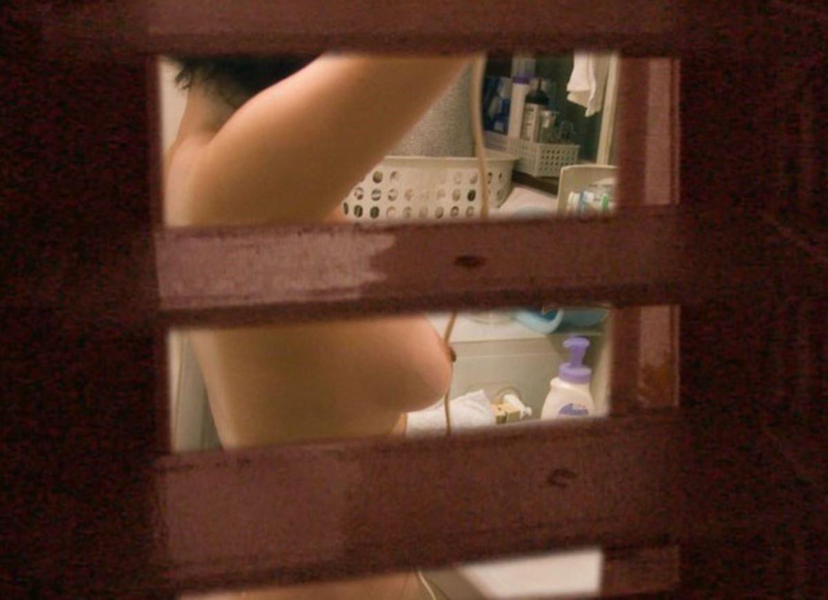 民家の風呂場で見えた全裸女性 (5)