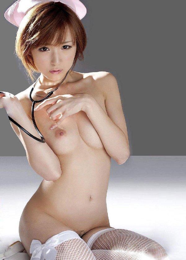 ナース服を脱いで裸になる (4)