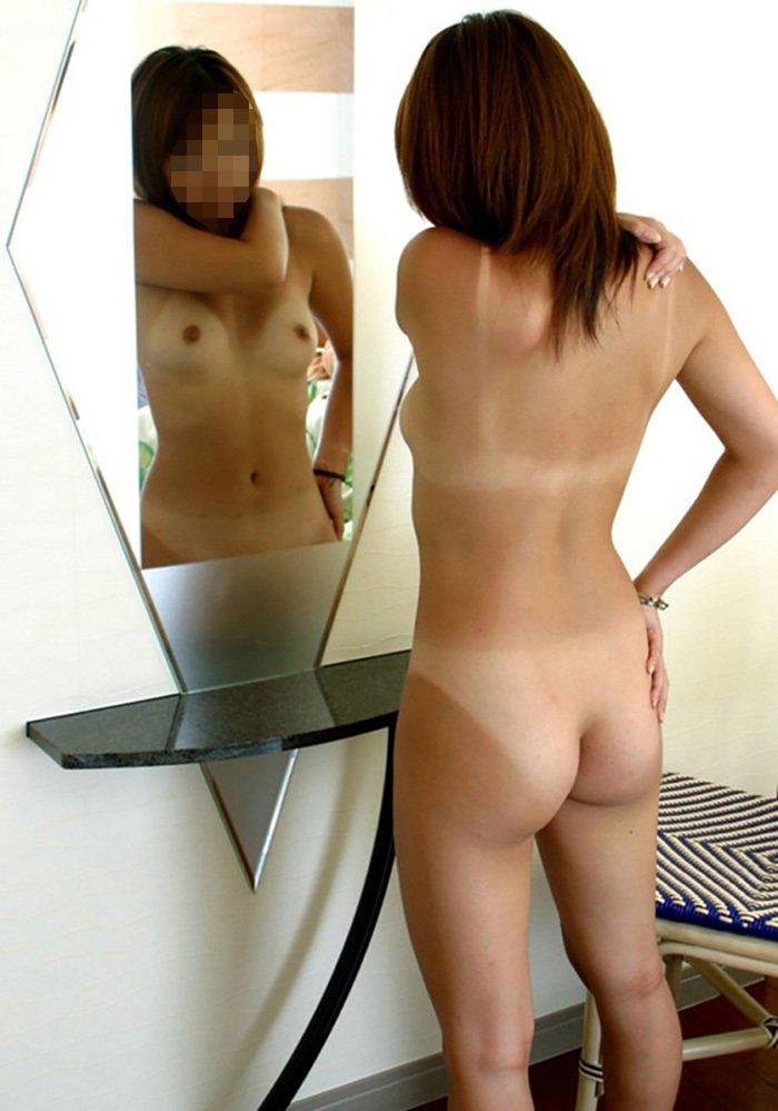 水着の日焼けした跡が残ってる全裸姿 (15)
