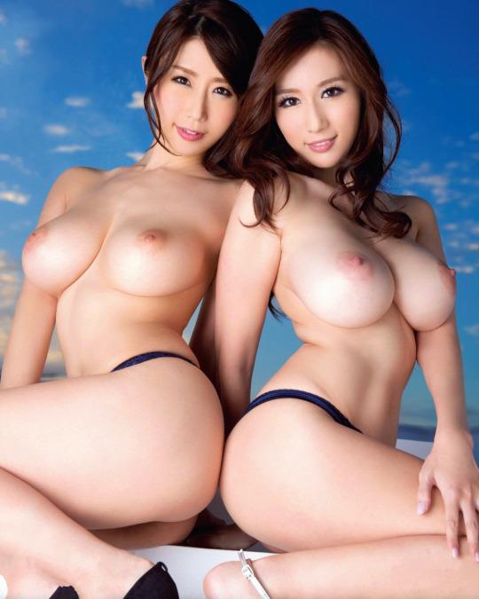 巨乳のヌード女性が二人 (4)