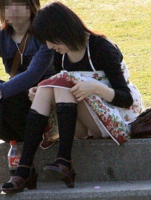 スカートからパンチラしてる素人さん (18)