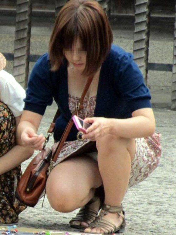 スカートからパンチラしてる素人さん (19)