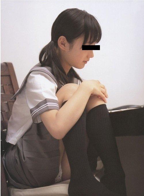 スカートからパンチラしてる素人さん (7)