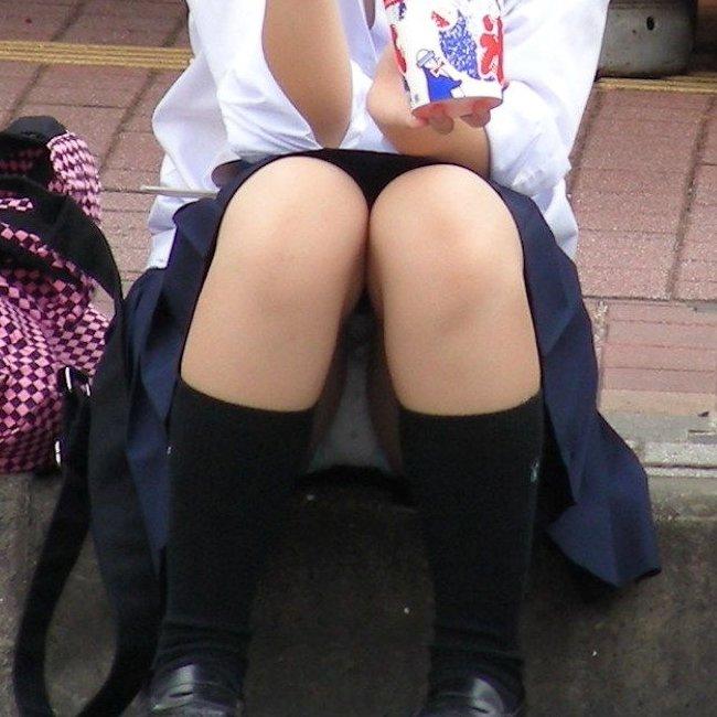 スカートからパンチラしてる素人さん (1)