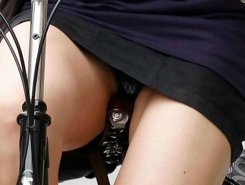 自転車に乗ったOLさんのパンツ (8)