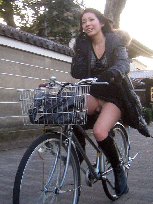 自転車に乗ったOLさんのパンツ (17)