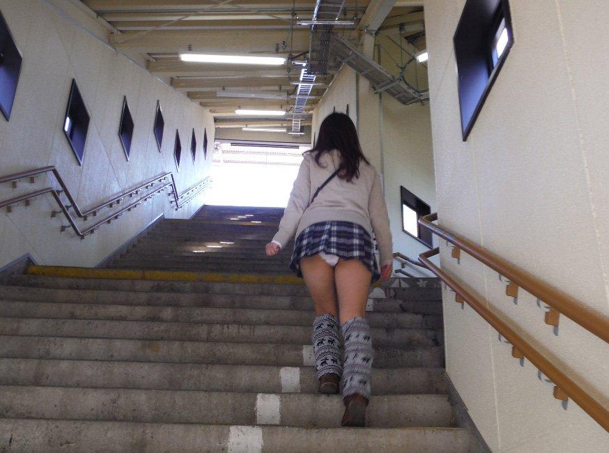 階段を上ってパンチラしてる (8)