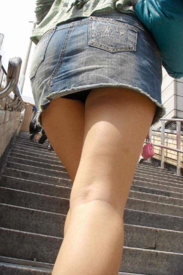 階段を上ってパンチラしてる (18)