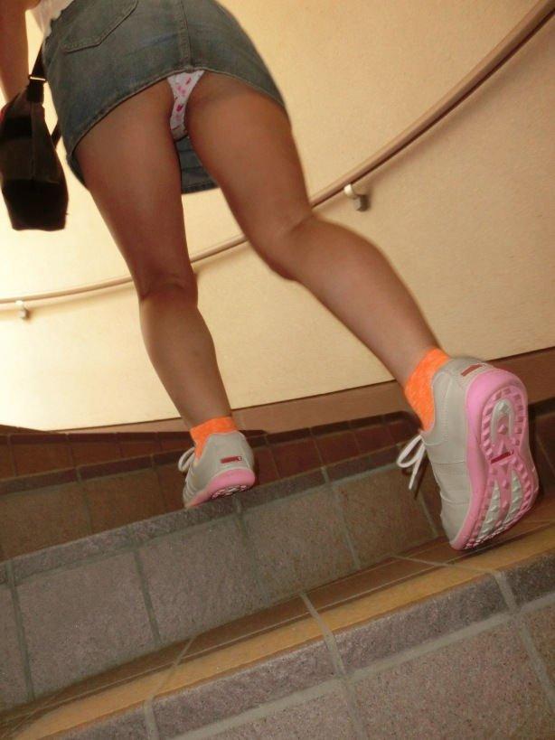 階段を上ってパンチラしてる (13)