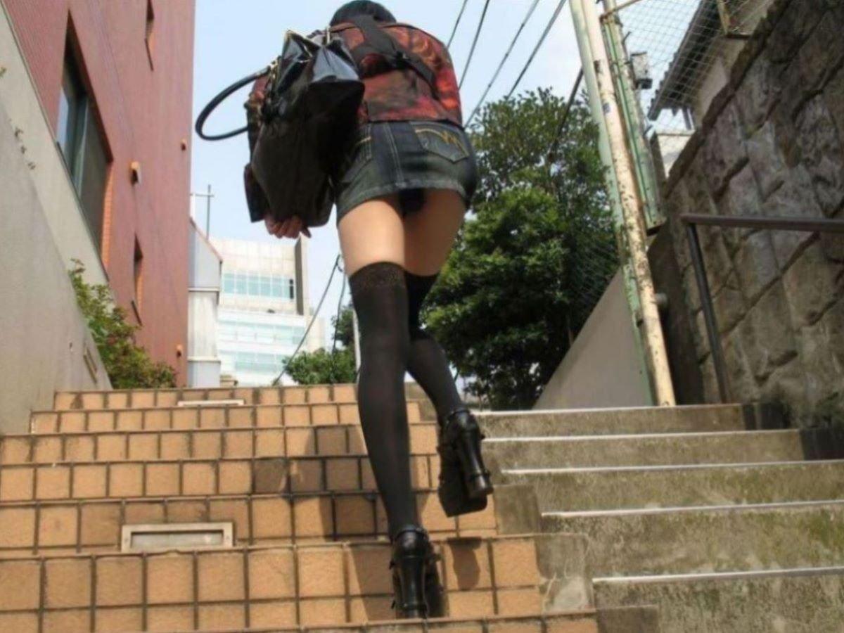 階段を上ってパンチラしてる (5)