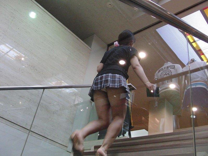 階段を上ってパンチラしてる (6)