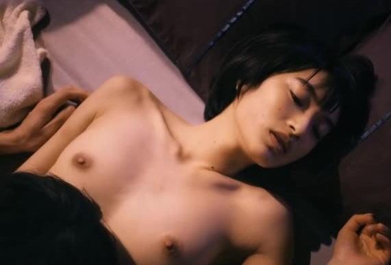 美人女優が激しくSEXしてるベッドシーン (12)