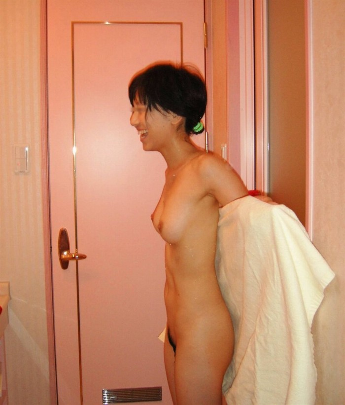 はしゃぐ全裸の素人女性 (9)