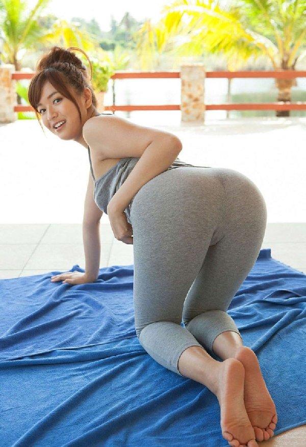女豹のポーズで尻を強調する女性 (14)