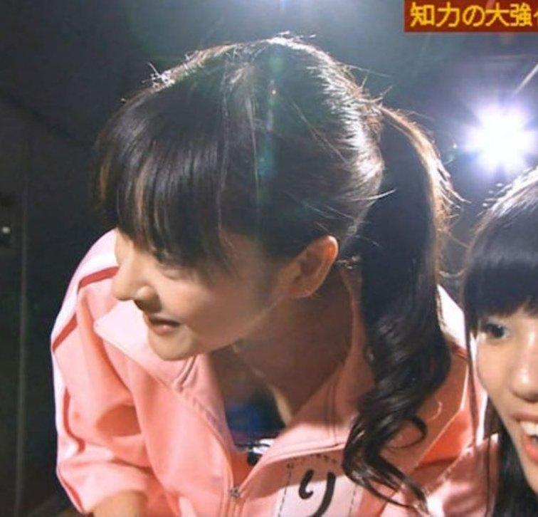 アイドルや女優が胸チラしてるTV放送 (11)