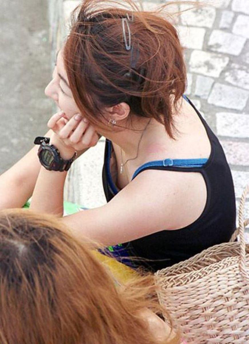 乳首までチラ見えしてる素人さん (5)