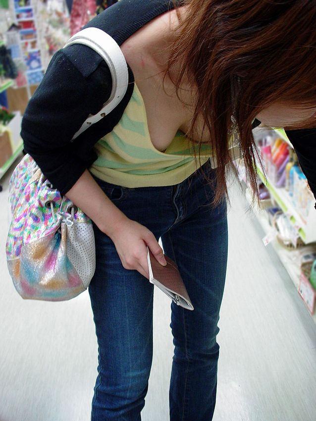 店内でオッパイを見せまくっている素人さん (14)