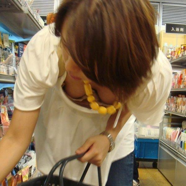 買い物に夢中な素人女性たちは、胸チラしても気付かないので街撮り