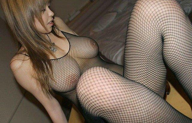 網タイツを着てスケスケ状態の女性 (6)