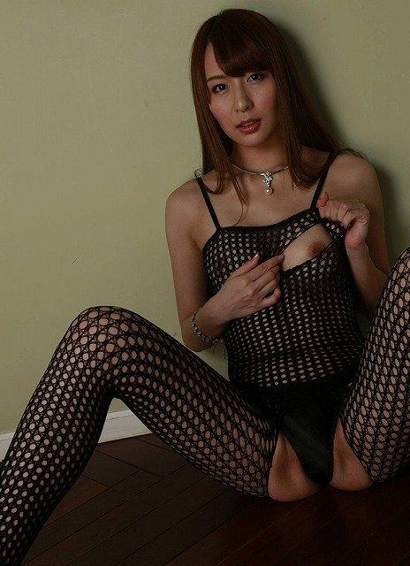 網タイツを着てスケスケ状態の女性 (13)