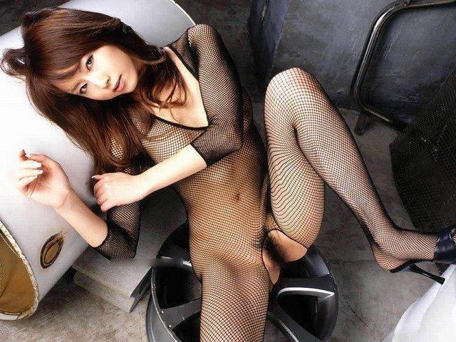 網タイツを着てスケスケ状態の女性 (7)