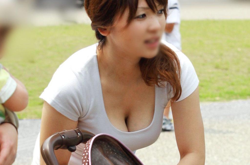 若奥様が巨乳をチラ見せ (4)