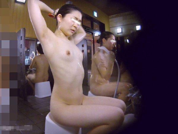 女湯の洗い場はヌード女性がイッパイ (14)