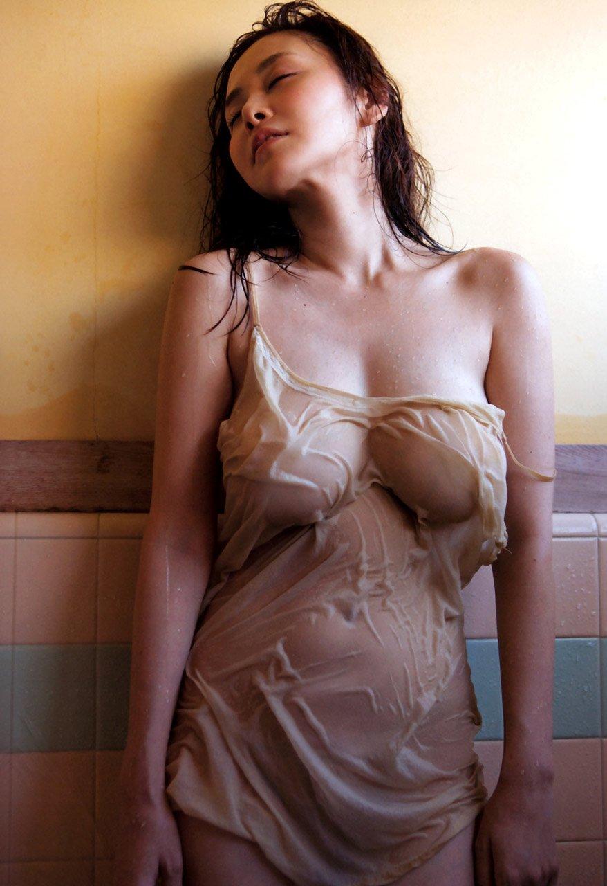 服を着てるのに乳首まで透けてる (16)