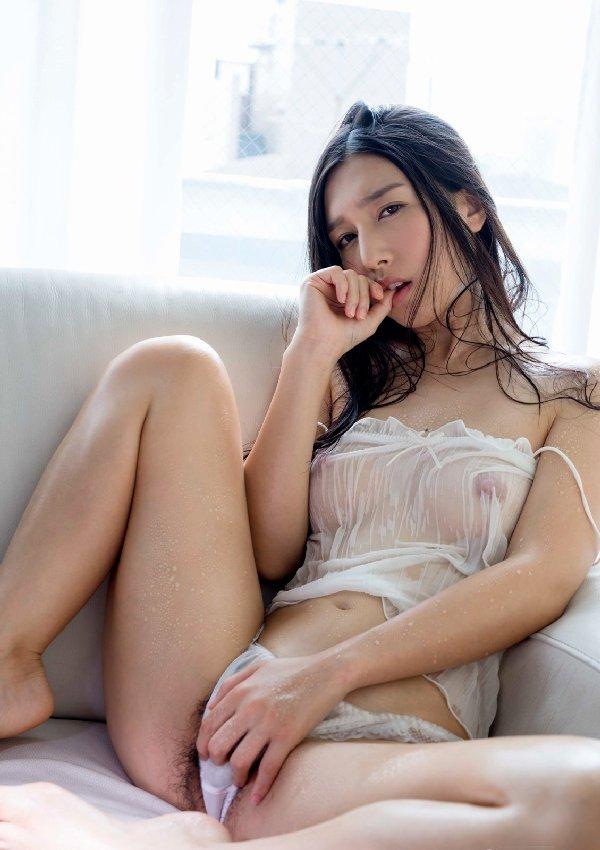 服を着てるのに乳首まで透けてる (20)
