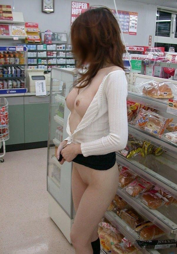 お店で裸になる露出女性 (7)